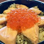 96734700 - 鮭を煮た汁で炊き込んだご飯の上に、鮭の切り身とルビー(笑)が乗ってます!!