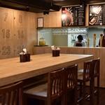 """自家製ソーセージバル 先斗町ビアホール - 程よく明るい照度で開放的な内観はまさしく""""ビアホール""""。"""