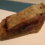 96744389 - ピーナッツ&ミックスベリージャムサンド。パンが小麦粉+全粒粉、ライ麦、大麦でからコクがあって美味しい~