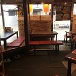 イオ酒場 - 左に小上がり、右にテーブル。