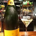 96752593 - シャンパンとマグナムボトル
