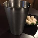 居酒屋 中西 - 巨大なステンレスカップに入ったハイボールならぬ倍ボール うずらの卵が銀杏に見えます(笑)
