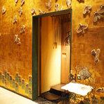 てんぷら みかわ - 雀が飛び交う黄金の外壁