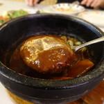 レストランカウベル - 石焼煮込みハンバーグセットのハンバーグ