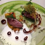 96764991 - ●北海道牛フィレ 赤葡萄酒 飴玉&北海道鴨 干葡萄 人参 2種類を盛り合わせていただきました。メインのお肉は4種類から選べます。 どちらも火入れがいい。鴨はワインベースの少し甘めのソース。鴨にマッチしています。 牛フィレは赤ワインを煮詰めたベーシックなソース。文句なく美味しい。