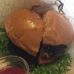 コナズ珈琲 - コナズハンバーガーはお肉がとってもジューシーでお肉の味がおいしいです。