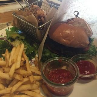コナズ珈琲 - 料理写真:コナズハンバーガーとモコチキンのセット。1,580円。ボリューム満点です。