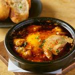 鶏もも肉と半熟卵のガーリックオイル煮