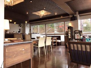 ランカトルグカフェ ニッコー ヴォルテックスアンドクイーニー - 紅葉が見える店内