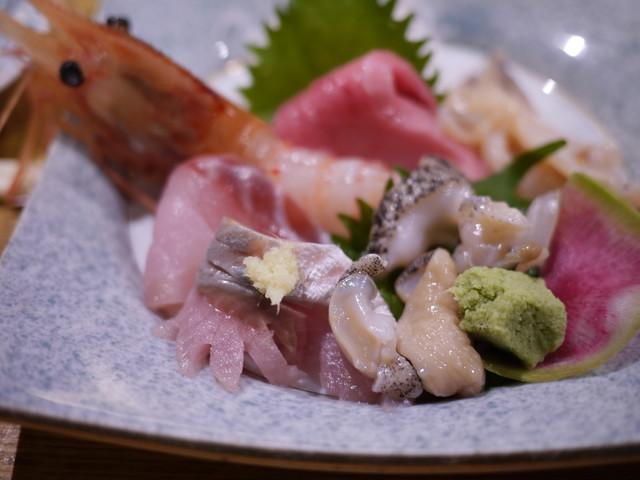 寿司と炉端焼 四季花まる 北口店で握りと焼き物、 …