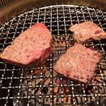 焼肉 山水 - 山水本店(肉を焼いているところ)