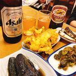 ごはん亭 むらかみ食堂 - ビール大500円  万願寺とうがらしジャコ煮   ナス煮浸し     天ぷら盛り合わせ   いわし煮