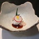 卯月 - 和遊膳に付いたお造り。シマアジとイカです。シマアジが絶品です。