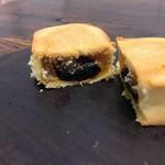 茂園食品 - パイナップルケーキのブルーベリー味。両方のジャム餡がたっぷり。ねっとりしてとても美味しかったです。