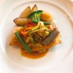 ビストロ ラ プッペ - スズキのポワレ サフランソース たっぷりの野菜付け合わせ