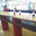 カフェ・とーぶ - 中央には立食いカウンター。私はかけませんがレトロカレーにはソースが合うようです。