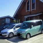 南太平洋 - 急勾配の駐車場。オーナーのお宅の玄関前です。