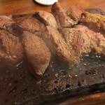 やっぱりステーキ - やっぱりステーキ‼︎ 200g (´∀`)/ レア好きで無いから 切り分けたが肉汁が結構出た