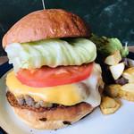 96822203 - チェダーチーズとモッツァレラチーズのハーフ&ハーフのハンバーガー   1200円