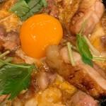 秋田比内地鶏生産責任者の店 本家あべや - 極上比内地鶏の親子丼 卵黄アップ