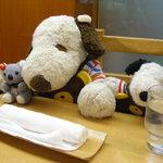 舟和 - 2階の喫茶室にきたよ。お客さんがいっぱいだね~浅草を観光したあとはみんなここで休憩してるんだね。