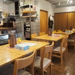 き田たけうどん - 店内(テーブル席)