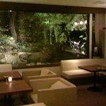 カフェラウンジ ボンアート - ライトアップされた庭園