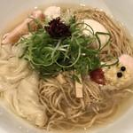 96867163 - 透き通ったスープにワンタン、鶏チャーシュー、つくね、味玉とたくさんのトッピングが乗っています!