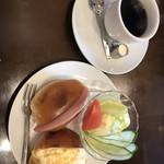 コーヒーショップ ナカタニ - モーニングのロールパン2種&サラダ&コーヒー。¥600。