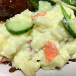 肉のヨシハシ - ちょっと緩めのポテトサラダには、スライスりんごが…♫