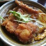 96874625 - サクサクの秋鮭フライに甘めの出汁がしみ込む甘辛トロトロの卵とじ、熱々の秋鮭フライ卵とじ