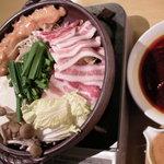 優味彩 - 四川風焼鍋 一度肉を軽く焼き、そのあとに野菜と一緒に激辛スープで煮焼きする、新感覚の鍋です。