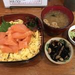 ふる川 - 料理写真:生サーモン丼です 値段780円と格安