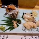 旭鮨総本店 - 貝の刺身盛り合わせ。右手前の黒いのが竹お炭塩?だそうです