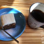 96895505 - キャロットケーキ、ホットコーヒー
