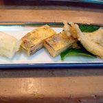 北浜寿し - 他にワカサギの天ぷらと玉子巻き、お漬物がついてきます