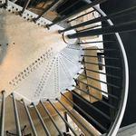 96907985 - 2階からの螺旋階段。   スタイリッシュ!!