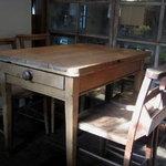 ヴェール・デ・グリ - ノスタルジックな机と椅子