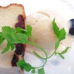ガット・ネーロ - <'11/09/29撮影>パスタランチ 1260円 のバニラのジェラートとパウンドケーキ