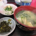 96935252 - 定食の味噌汁の横には冷奴の小鉢と高菜のお漬物が添えられてました。