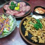 焼肉 白雲亭 - 料理写真:肉、サラダ、キムチ