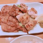 96953525 - 牛タン 鶏もも肉