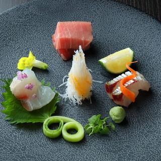 和食をあえて洋食器に盛り付け、目でも楽しめる一品に