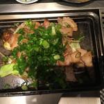 KONOMU - 厚切り豚バラのねぎ塩焼き 上から