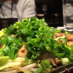 KONOMU - 厚切り豚バラのねぎ塩焼き アップ