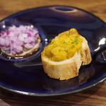 シチリア屋 - ウニのブルスケッタとレモンのサラダ