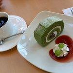 カフェレストラン コナモーレ - 抹茶のロールケーキとコーヒー