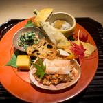 96981573 - 八寸 平貝このわたとろろかけ、おとはく菊菜、コッペ蟹、 玉子カステラ、海老芋の素揚げ、蓮根チップ