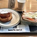 ブール シュクレ - グリルサーモンとタルタルソースのサンド  580円 クロワッサン タタン  450円    コーヒー待ち