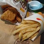 バーガーキング - 料理写真:チキンナゲット、フレンチフライ(M)